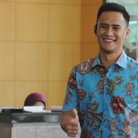 Pembawa acara Choky Sitohang menyambangi KPK, Jakarta, Kamis, (19/3/2015). Choky menjenguk temannya yang ditahan terkait kasus dugaan suap pengadaan zat tambahan bahan bakar Tetraethyl Lead (TEL) Pertamina 2004-2005. (Liputan6.com/Herman Zakharia)