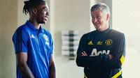 Pemain anyar Manchester United, Aaron Wan-Bissaka (kiri) bersama sang manajer, Ole Gunnar Solskjaer. (Twitter/Manchester United)