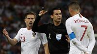 Penyerang Portugal, Cristiano Ronaldo memprotes wasit saat pertandingan melawan Uruguay pada babak 16 besar Piala Dunia 2018 di Stadion Fisht, Sochi, Rusia (30/6). Uruguay menang tipis atas Portugal 2-1. (AP Photo/Themba Hadebe)