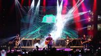 Selain HiVi, Naif dan sejumlah musisi lainnya, grup band Padi juga ikut tampil di MARKAS 2018 di Bintaro Xchange, Tangerang Selatan, Minggu (29/4/2018). Berhasil memikat penonton, Padi ajak penggemarnya nostalgia tahun 90an. (Adrian Putra/Bintang.com)