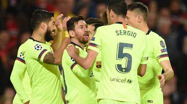 Selebrasi gol pemain Barcelona usai Luke Shaw lakukan gol bunuh diri pada leg 1, babak perempat final Liga Champions yang berlangsung di Stadion Old Trafford, Manchester. Kamis (11/4). Barcelona menang 1-0 atas Man United. (AFP/Oli Scarff)