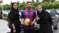 Reza Parastesh, seorang warga Iran yang memiliki wajah mirip Lionel Messi diajak foto bareng oleh warga di jalanan Tehran, Iran, Senin (8/5/2017). (AFP/Atta Kenare)