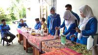 Suasana pelatihan membuat bahan antiseptik di rumah Anggota Komisi VIII DPR RI Hasani bin Zuber