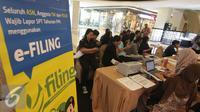 Masyarakat melakukan pendaftaran aktivasi pajak online di salah satu pusat perbelanjaan di Jakarta, Jumat (11/3). Realiasasi penerimaan pajak Januari-Februari 2016 baru mencapai Rp122,4 triliun. (Liputan6.com/Angga Yuniar)
