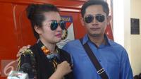 Fitri Carlina bersama suami, Hendra Sumendap menjenguk Saipul Jamil di Polsek Kelapa Gading, Jakarta Utara. [Foto: Fachrur Rozi/Liputan6.com]