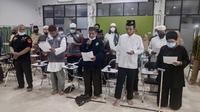 Ustaz Abdul Somad dan Azlaini Agus (kiri) menyampaikan pernyataan sikap penolakan Rizieq Shihab di Pekanbaru. (Liputan6.com/M Syukur)