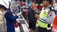Emak-emak di Kudus, Jawa Tengah, gigit tangan polisi saat hendak ditilang. (Istimewa)