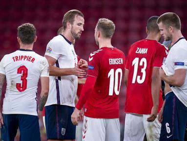 Gelandang Denmark, Christian Eriksen, berjabat tangan dengan striker Inggris, Harry Kane, pada laga UEFA Nations League di Stadion Parken, Rabu (9/9/2020). Kedua tim bermain imbang 0-0. (Liselotte Sabroe/Ritzau Scanpix via AP)