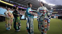 Sejumlah wanita mengenakan kimono tampil selama upacara pembukaan Rugby World Cup Pool 2019 jelang pertandingan antara Rusia dan Jepang di Stadion Tokyo (20/9/2019). (AP Photo/Jae Hong)