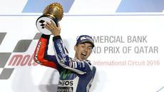 Pebalap Movistar Yamaha, Jorge Lorenzo, menjadi juara pada balapan MotoGP Qatar di Sirkuit Losail, Senin (21/3/2016) dini hari WIB. (AFP/Karim Jaafar)