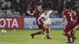 Gelandang Timnas Indonesia, Egy Maulana, berusaha merebut bola saat melawan Qatar pada laga AFC U-19 Championship di SUGBK, Jakarta, Minggu (21/10). Indonesia kalah 5-6 dari Qatar. (Bola.com/Vitalis Yogi Trisna)