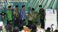 Presiden Jokowi bersalaman dengan KH Said Aqil Siradj usai membuka Mukernas I Himpunan Pengusaha Nahdliyin di Jagakarsa, Jakarta, Jumat (5/5). (Liputan6.com/Angga Yuniar)