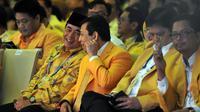Dua caketum Ade Komarudin dan Setya Novanto di pembukaan Munaslub Golkar di Bali Nusa Dua Convention Center (BNDCC), Kabupaten Badung, Bali, Sabtu (14/5/2016). (Liputan6.com/Johan Tallo)