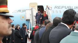 Presiden Joko Widodo dan ibu negara, Iriana saat tiba di Kabul, Afghanistan (29/1). Sejumlah agenda menanti Presiden Jokowi di negara yang Ibu Kota negaranya baru saja diserang bom bunuh diri tersebut. (Liputan6.com/Pool/Rusman Biro Pers Setpres)