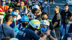 Pengendara sepeda mendapat helm gratis di Manila, Filipina (9/7/2020). Lembaga swadaya masyarakat membagikan helm dan selempang reflektif gratis saat warga beralih menggunakan sepeda sebagai moda transportasi utama selama pandemi COVID-19. (Xinhua/Rouelle Umali)