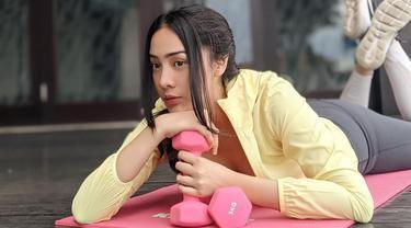 Pemilik nama lengkap Nur Amalina Hayati itu rutin melakukan olahraga. Berbagai olahraga pun ia coba dan tekuni. Anya Geraldine pun kerap membagikan momen saat berolahraga di Instagram. Penampilannya ketika olahraga tampak stylish. (Liputan6.com/IG/@anyageraldine)