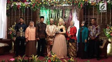Presiden Jokowi beserta Ibu Negara menghadiri resepsi pernikahan anak pengurus rusa istana.