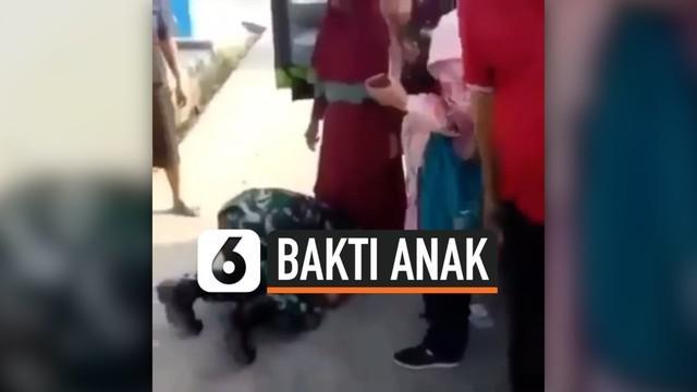 Seorang pria berbaju TNI menangis saat bertemu sang Ibu. Tidak hanya itu, ia juga langsung mencium kaki sang Ibunda. Sontak, video ini menjadi viral dan mendapatkan reaksi haru dari warganet.