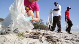 Para sukarelawan mengumpulkan sampah di sepanjang Pantai Kawe di Dar es Salaam, Tanzania (19/9/2020). Ratusan orang di seluruh kota tersebut berpartisipasi dalam upaya pembersihan sampah di pantai untuk memperingati Hari Bersih-Bersih Sedunia. (Xinhua)