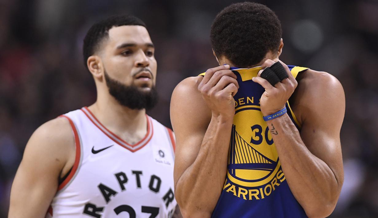 Pebasket Golden State Warriors, Stephen Curry, tampak kecewa usai dikalahkan Toronto Raptors pada laga Final NBA di Scotiabank Arena, Toronto, Kamis (30/5). Raptors menang 118-109 atas Warriors. (AP/Frank Gunn)
