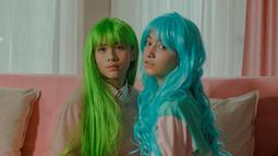 Saat proses syuting film Mariposa, Dannia dan Adhisty Zara kompak memakai wig warna-warni yang membuat penampilan mereka jadi pusat perhatian. Ya, kedua perempuan cantik ini terlihat begitu penuh warna dengan wig tesebut. (Liputan6.com/IG/@danniasalsabilla)