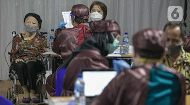 Pemberian Vaksin Massal untuk Warga Lansia Non KTP DKI