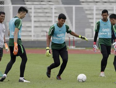 Para kiper Timnas Indonesia U-22 berlatih operan. (Bola.com/Yoppy Renato)