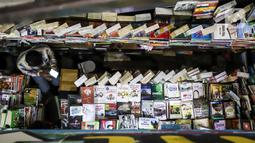 Pedagang buku menunggu pembeli di Blok M Square, Jakarta, Jumat (17/7/2020). Pedagang mengaku pandemi COVID-19 berpengaruh pada penjualan buku tahun ajaran baru 2020 yang mengalami penurunan hingga 50 persen. (Liputan6.com/Faizal Fanani)