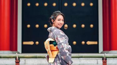 FOTO: Gaya Menawan Manda Cello Pakai Kimono Ini Curi Perhatian