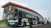 Bus transjakarta Koridor 13 (Ciledug-Tendean) berhenti saat uji coba di Halte Siskoal, Jakarta, Senin (15/5). Uji coba dilakukan untuk melihat kesiapan jalur dan menyelesaikan problem yang ditemukan di lapangan. (Liputan6.com/Gempur M Surya)