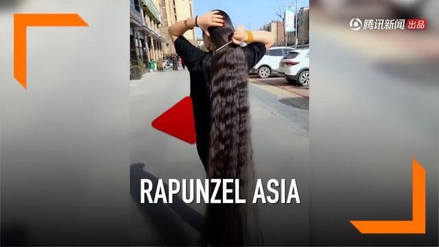 Seorang wanita di Henan, China dijuluki rapunzel versi Asia lantaran memiliki rambut sepanjang 180 meter. Demi seperti rapunzel, selama 15 tahun wanita itu tak memotong rambutnya.