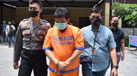 WS (45), Kepala Desa Klantingsari Sidoarjo, ditangkap polisi karena pungli. (Dian Kurniawan/Liputan6.com)