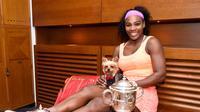 Serena Williams berpose dengan trofi Prancis Terbuka 2015. (AP Photo/CORINNE DUBREUIL)