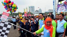 Mensos Khofifah Indar Parawansa saat melepas rombongan Lintas Batas Kesetiakawanan Sosial (LBKS) di Silang Monas, Jakarta, Sabtu (13/12/2014). (Liputan6.com/Johan Tallo)