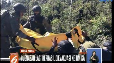 Evakuasi dilakukan dengan berjalan kaki dari daerah Gunung Tabo menuju Distrik Mbua.