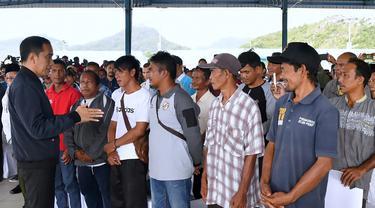 Presiden Joko Widodo (kiri) berbincang dengan nelayan Natuna saat melakukan kunjungan kerja di Sentra Kelautan Perikanan Terpadu (SKPT), Natuna, Kepulauan Riau, Rabu (8/1/2020). Kunjungan Jokowi tersebut pascakapal coast guard milik China berlayar di perainan laut Natuna (HO/PRESIDENTIAL PALACE/AFP)