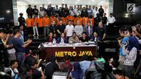 Kabid Humas Polda Metro Jaya Kombes Pol Argo Yuwono (tengah) menunjukkan barang bukti dan menghadirkan tersangka kasus kerusuhan Aksi 22 Mei saat rilis di Polda Metro Jaya, Jakarta (22/5/2019). (Liputan6.com/JohanTallo)