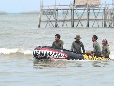Anggota Tim SAR Gabungan saat melakukan pencarian korban dan puing  pesawat Sriwijaya Air SJ 182 di  perairan Kepulauan Seribu, Jakarta, Senin  (11/1/2021). Pencarian dilakukan di kawasan titik jatuh pesawat Sriwijaya Air SJ 182.  (merdeka.com/Arie Basuki)