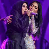 Penyanyi kakak beradik Syahrini dan Aisyahrani kembali berduet. Seperti diketahui, sebelum Syahrini memutuskan bersolo karier, sebelumnya tampil bersama dalam duo Geulis. (Adrian Putra/Bintang.com)
