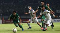 Duel Persebaya vs Persib di Stadion Gelora Bung Tomo, Surabaya, Jumat malam (5/7/2019). (Bola.com/Aditya Wany)