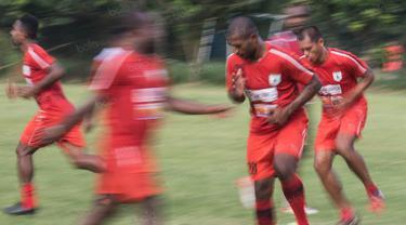 Para pemain Persipura Jayapura berlatih di Lapangan Sutasoma 77 Halim Perdanakusuma, Jakarta, Selasa (3/1/2017). Latihan ini dilakukan sebagai persiapan jelang laga eksebisi melawan Persib Bandung. (Bola.com/Vitalis Yogi Trisna)