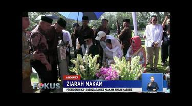 Usai salat Idul Fitri 1440 H, BJ Habibie ziarah ke makam Ainun Habibie. Begitu juga Susilo Bambang Yudhoyono yang ziarah ke makam Ani Yudhoyono.