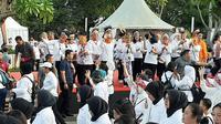 Ibu Negara Iriana Jokowi dan istri Wakil Presiden Ma'ruf Amin, Wury Estu Handayani melepas peserta gerak jalan di Gelora Bung Karno, Minggu (8/12/2019). (Liputan6.com/Ady Anugrahadi)