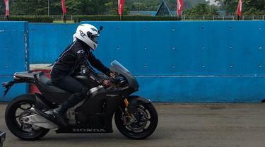 Desta menjajal Honda RC213V-S di Sentul (Amal/Liputan6.com)