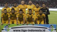 Para pemain Bhayangkara FC foto bersama sebelum melawan Persija Jakarta pada laga Liga 1 di SUGBK, Jakarta, Jumat (23/3/2018). Kedua klub bermain imbang 0-0. (Bola.com/Vitalis Yogi Trisna)