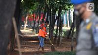 Pelanggar PSBB dikenai sanksi menyapu di kawasan Kantor Wali Kota Jakarta Timur, Kamis (6/8/2020). Joko Widodo menerbitkan Instruksi Presiden Nomor 6 Tahun 2020 tentang Peningkatan Disiplin dan Penegakan Hukum Protokol Kesehatan dalam Pencegahan dan Pengendalian COVID-19. (merdeka.com/Imam Buhori)