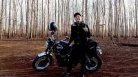 Ananda Omesh dikenal gemar mengoleksi berbagai jenis motor [foto: instagram/omeshomesh]