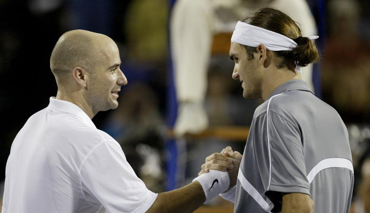 1. Tahun 2003 - Roger Federer (Swiss) berhadapan dengan Andre Agassi (USA) dalam partai final yang berlangsung di Westside Tennis Club, Houston, Texas, USA (16/11/2003). Roger Federer menang dengan skor 6-3, 6-0, 6-4. (AFP/Matthew Stockman/Via Getty Images)