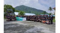 Tim Yayasan Ruangguru, BAKTI Kemkominfo, dan 103 guru penerima beasiswa pelatihan online di acara on-boarding program ITF di Sanggar Kegiatan Belajar, Tahuna, Kabupaten Kepulauan Sangihe, Provinsi Sulawesi Utara (Foto: Yayasan Ruangguru)