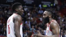 1. James Harden mencatatkan 35 poin namun gagal membawa Rockets meraih kemenangan kontra Miami Heat dalam lanjutanNBAdiAmerican Airlines Arena, Jumat (21/12/2018). Houston Rockets kalah 99-101 atas Miami Heat. (AP)